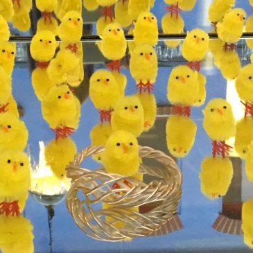 . . . glücklichmachender Schmuck und glückliche Küken und einfach nur Glück . . . das Osterfest kann bald gefeiert werden . . .